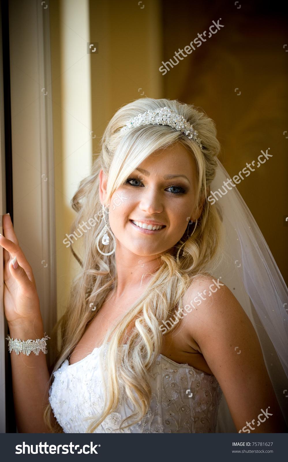 Свадебные прически волосы средней длины фатой фото